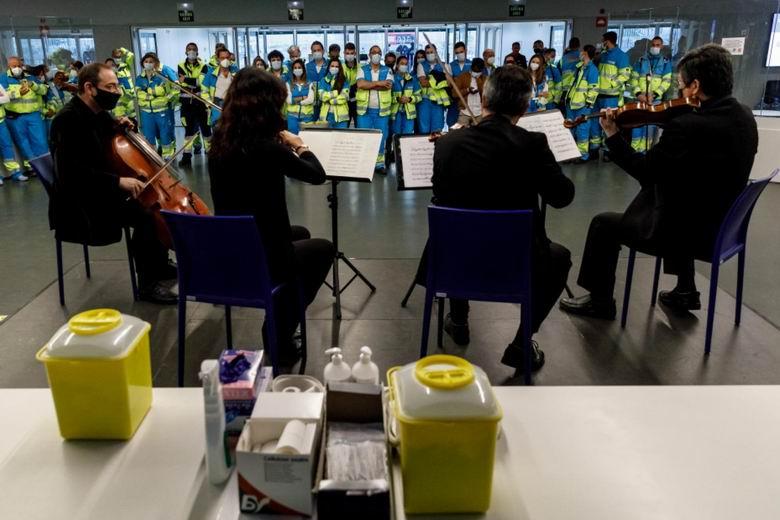 Conciertos en las salas de vacunación de la Comunidad de Madrid en homenaje a las enfermeras
