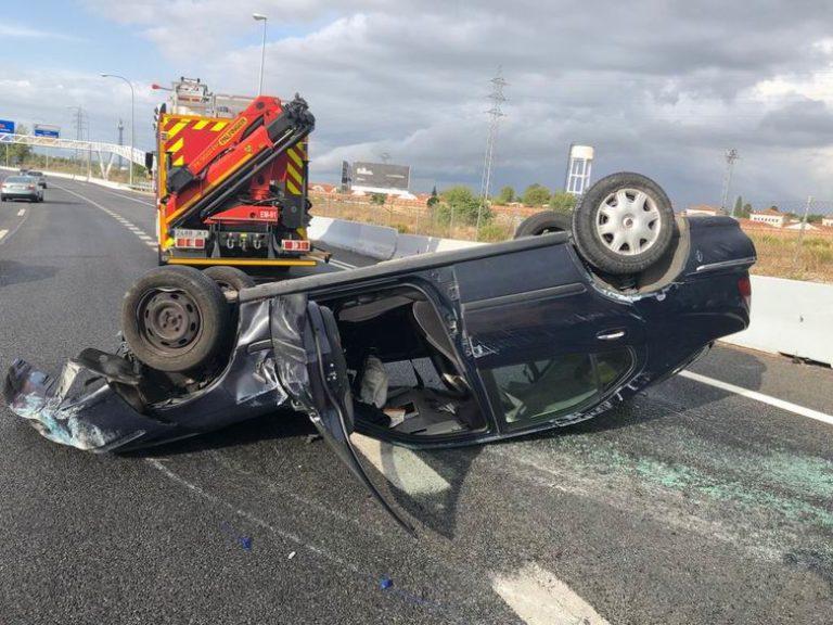 El vuelco de un coche en la M-607 deja dos personas heridas e importantes retenciones